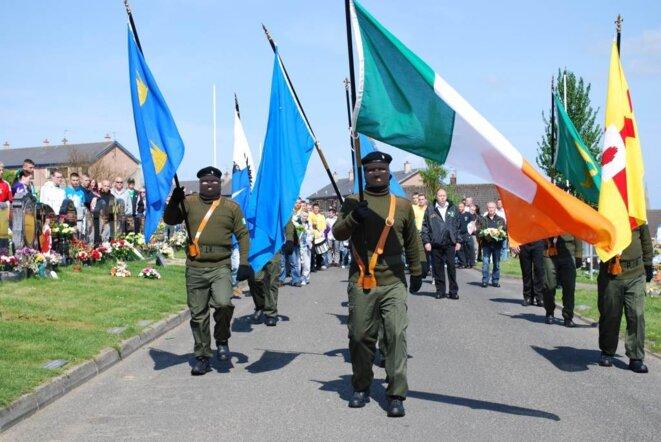 Les militants de la RIRA défilent masqués à Derry. (photo M.W.)