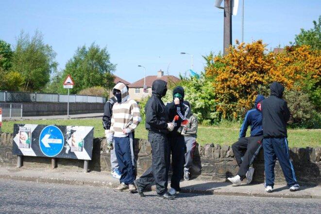 Des adolescents cagoulés manipulent des cocktails molotov pour dissuader la police. (photo M.W.)