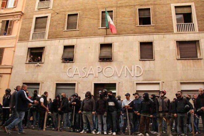 Les militants de CasaPound, craignant une attaque, rassemblés devant leur immeuble, à Rome. © DR