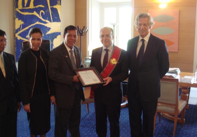 Dans son bureau ministériel, Bernard Cazeneuve entouré par Y Chhean et sa femme (à gauche) et Eric Duval (à droite)