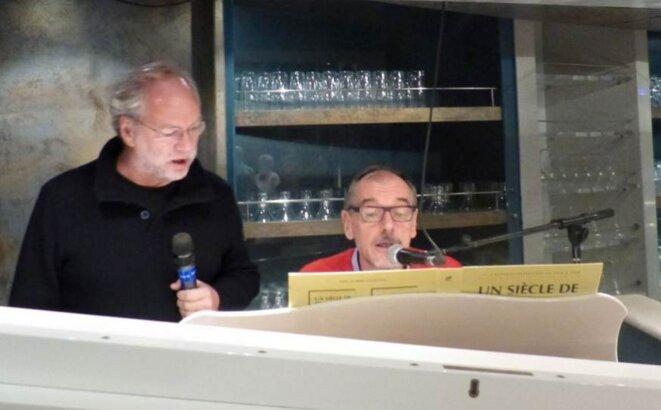 Le directeur de Libération animant la soirée. © DR
