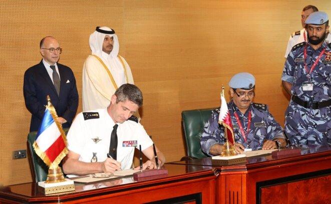 Le général Denis Favier signant l'accord de coopération avec son homologue qatari  © Dr