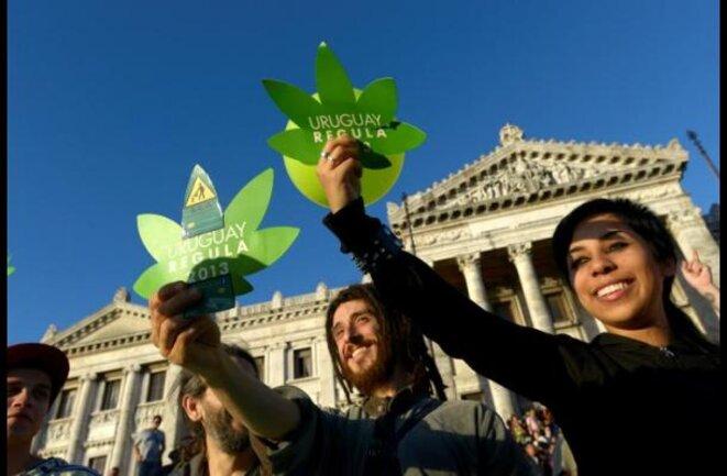 Manifestants à Montevideo lors de l'approbation de la loi.