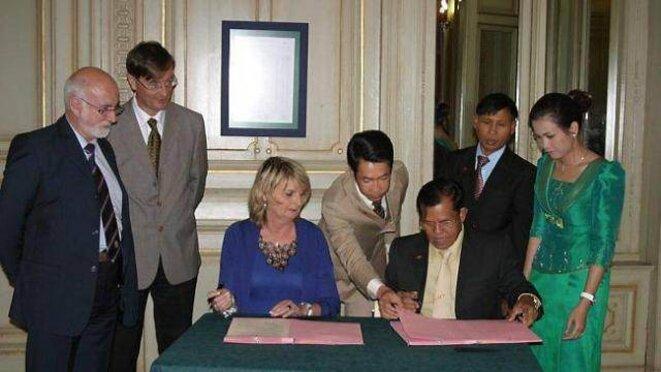 Mme Geneviève Gosselin-Fleury, adjointe au maire, suppléante de M. Cazeneuve, devenue députée, signe le protocole de coopération © DR