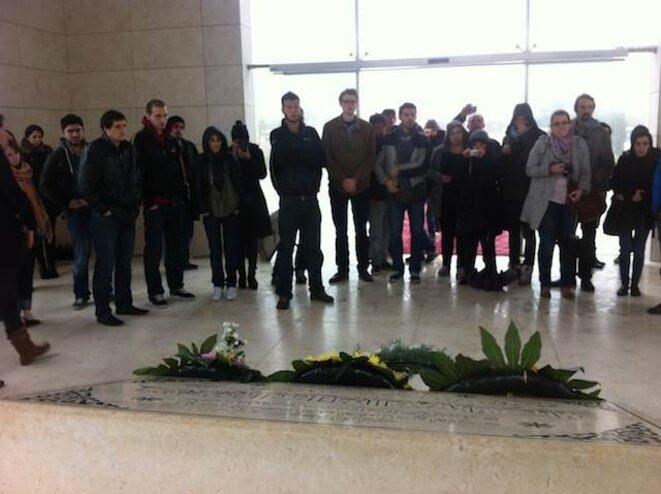 La délégation devant la tombe de Yasser Arafat à Ramallah
