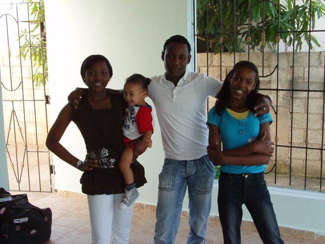 trois des aînés avec leur petit frère Téo, janvier 2010, dernière photo ensemble