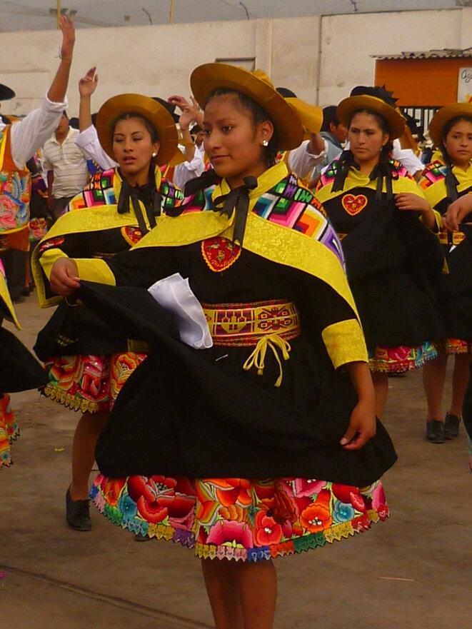 A Lima, les migrants d'origine andine se réunissent régulièrement pour des concours de danse. On y parle rarement quechua
