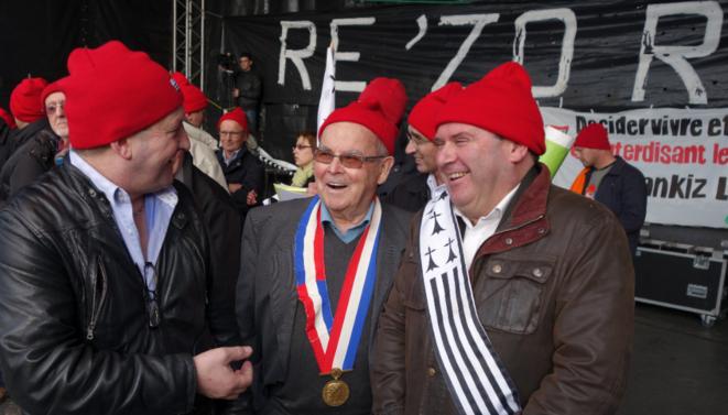 T. Merret, patron de la FDSEA, J. Hourmant, ancien résistant et conseiller régional, avec C. Troadec. Derrière, J-P Le Mat © Rachida El Azzouzi