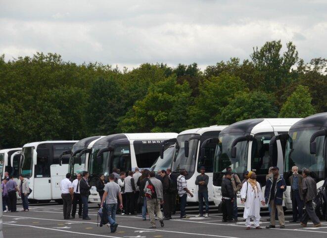 Chaque jour, des bus véhiculent les salariés qui viennent de toute la région parisienne et même de Picardie