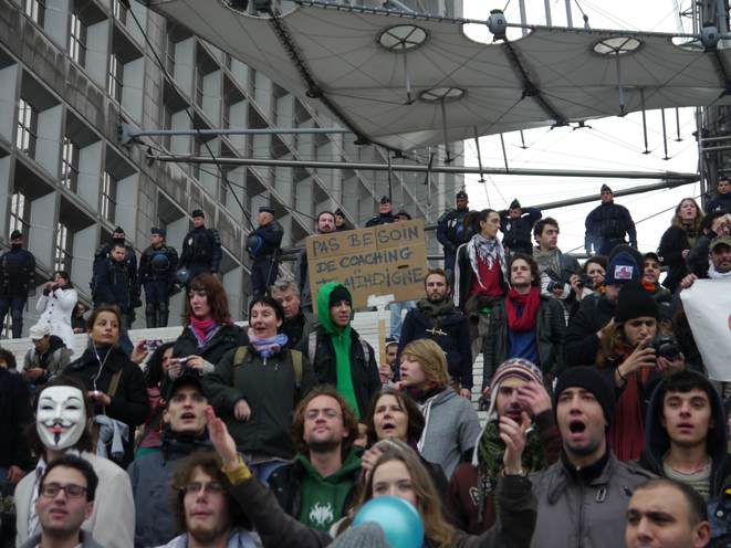Les «Indignés» sur les marches de la Grande Arche de la Défense, samedi 11 novembre