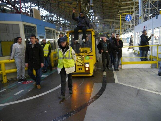 Les grévistes encadrés par des cadres mais aussi des huissiers © Rachida El Azzouzi