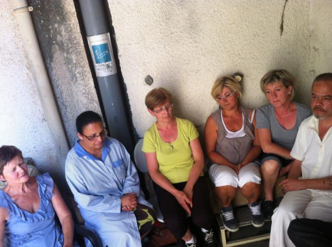Marie, Véronique, Danièle et leurs collègues devant l'usine Elba lundi 15 juillet 2013