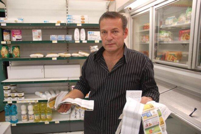 Ara Apinian présente les factures d'achat d'une demi-semaine de ravitaillement à l'hypermarché