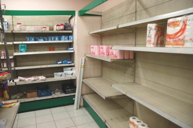 Les étagères vides du magasin d'Ara Apinian, faute d'approvisionnement