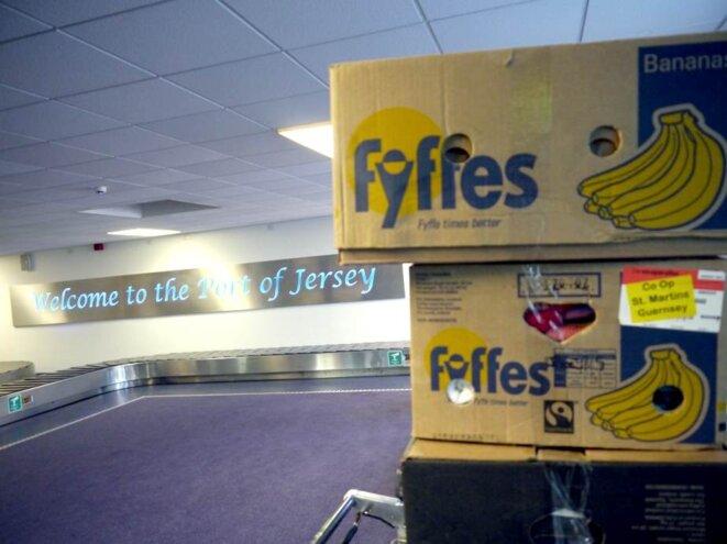 Comme un geste de bienvenue ironique, des cartons de bananes accueillent les arrivants au port...