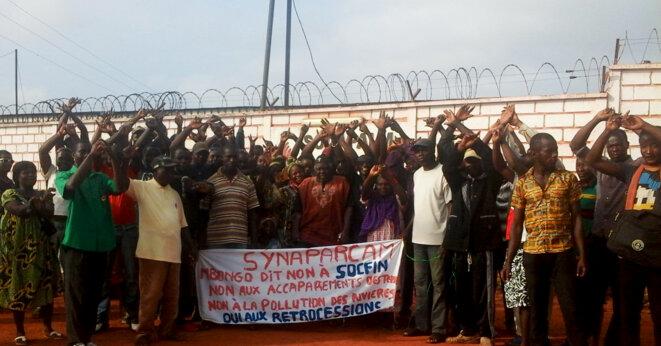 Un groupe de villageois bloque l'usine de la Socapalm Mbongo, Cameroun, 28 avril 2015 © ReAct