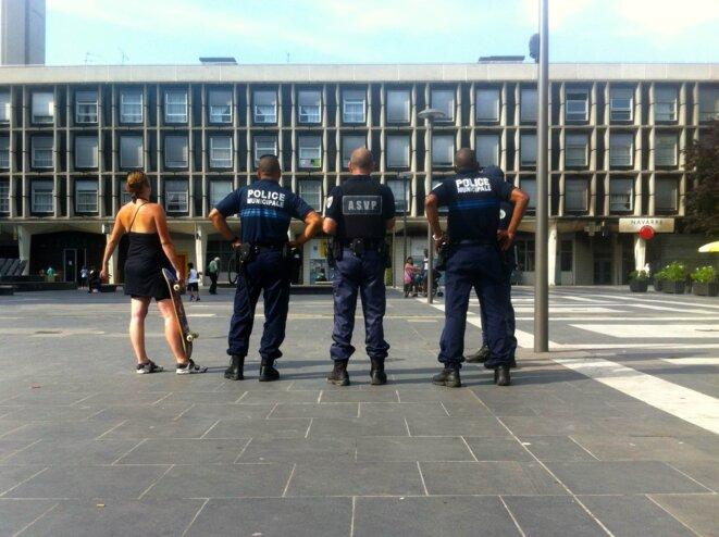 La police municipale sur la place des Flanades © Yannick Sanchez