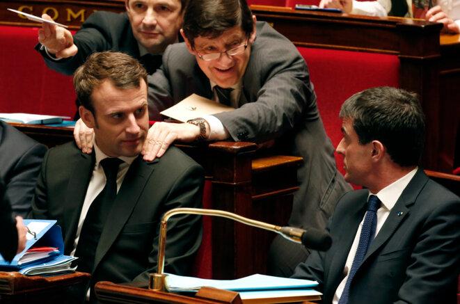 Emmanuel Macron et Manuel Valls pendant les débats juste avant l'annonce du recours au 49-3