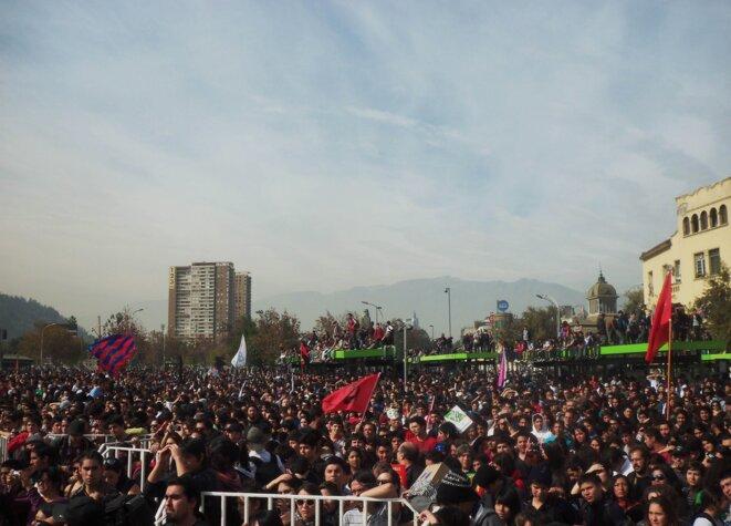 Une foule pacifique écoute le discours des dirigeants étudiants, à la fin de la manifestation. Gare Mapocho, Santiago.