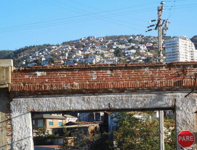 Maisons modestes de la colline face à l'ancienne prison de Valparaiso, aujourd'hui reconvertie en Parc Culturel © Laurie Fachaux