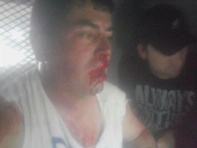 Le dirigeant syndical Enrique Solar assure avoir été frappé par les forces de l'ordre dans ce fourgon de police.Angamos, 18 mars