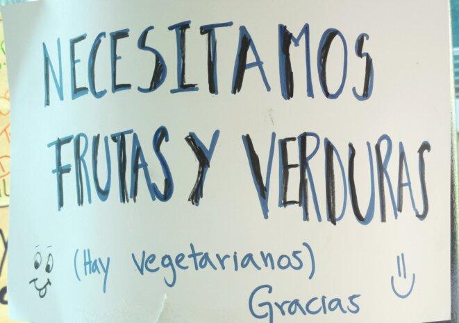 Les « bloqueurs » végétariens demandent à leurs camarades de leur amener des fruits et légumes.  © Laurie Fachaux