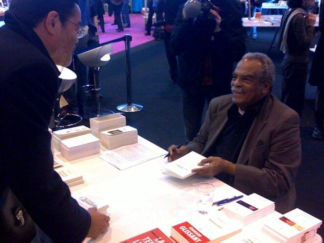 Edouard Glissant et Pierre Carpentier au Salon du Livre 2010 à Paris.