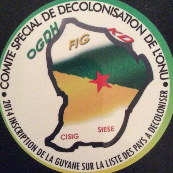 """Autocollant de campagne, 2014, d'inscription de la Guyane au """"Comité des 24 de l'ONU"""", Politiques Spéciales et Dėcolonisation. © Fabienne Dulymbois-Carpentier"""