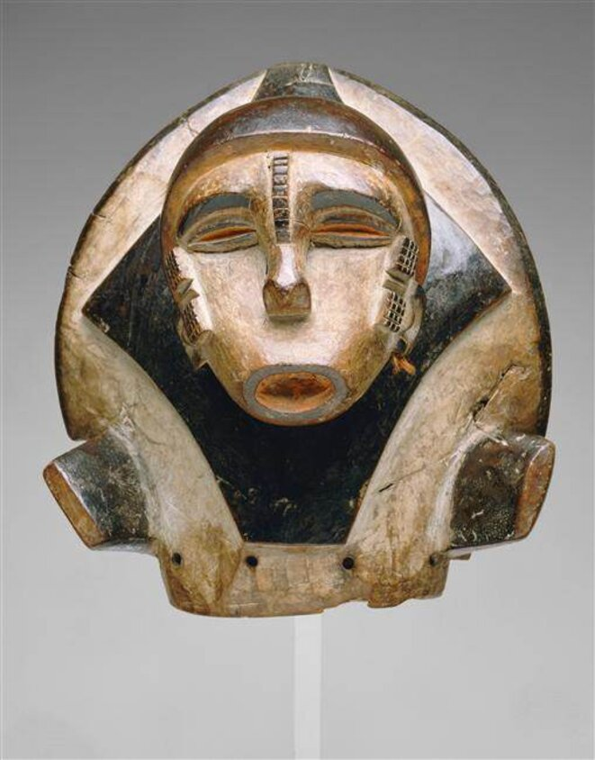 Masque de danse Ogbodo enyi : esprit de l'éléphant La tête humaine représente soit un notable soit un enfant de l'esprit.   © RMN-Grand Palais / Labat / CFAO