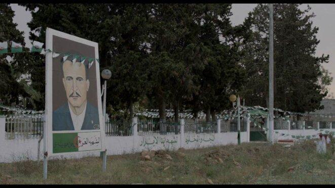 Portrait du héros de la Révolution algérienne Larbi Ben M'Hidi, devant le cimetière des moudjahidine du village d'El Hadi