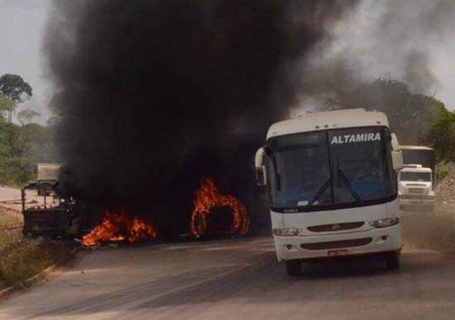 Un bus du capital brûle, que c'est beau...