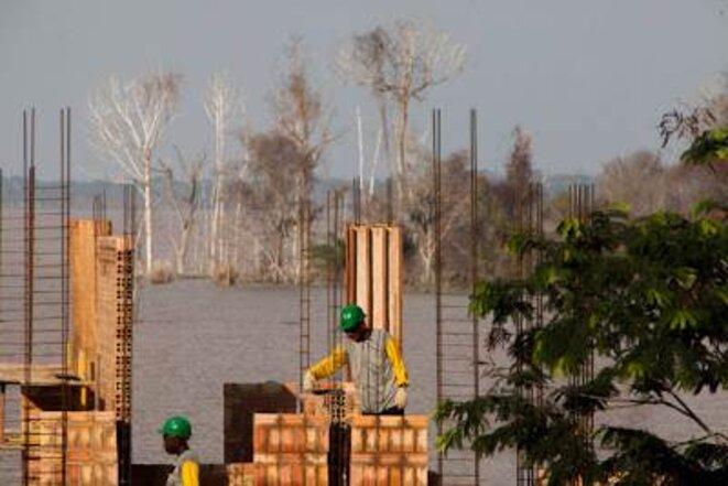 Chantier de Santo Antônio sur un ancien village. Au fond, les arbres morts dus à l'inondation.  © Marcelo Min