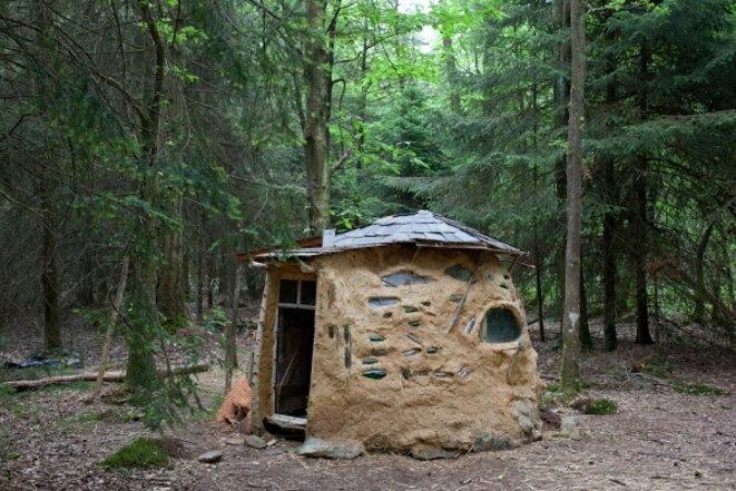 Maison en argile de la Forêt de Rohanne. © Auto-média de la ZAD