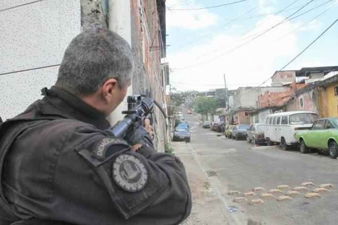 Un flic dans le  Complexo do Alemão pendant l'opération policière