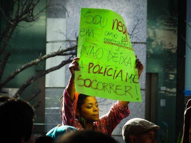 """""""Je suis noire, en cas d'urgence ne pas faire appel à la police pour me secourir"""""""