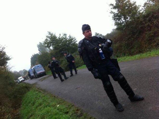 Gardes mobiles sur la route des Fosses-Noires © Auto-média de la ZAD