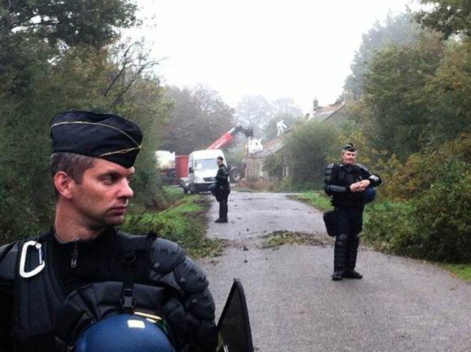 Des casseurs s'attaquent à la maison du Coin protégés par la police  © Auto-Média de la ZAD