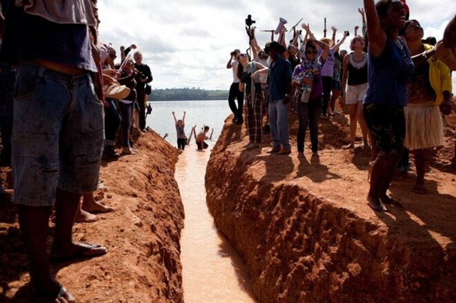 Les indigènes et les activistes fêtent l'ouverture d'un canal le long du fleuve Xingu © amazonia.org