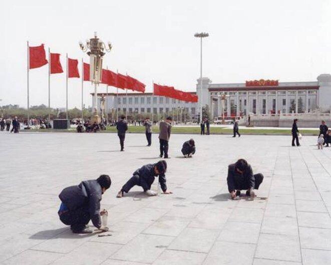 Travailleurs nettoyant la place Tian 'Anmen avant la tenue d'un congrès du PCC. © Thierry Girard