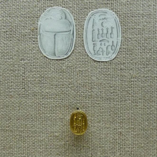 → Scarabée en or portant le cartouche de Néfertiti.