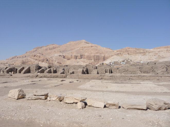 Vue du Ramesseum, la cime thébaine et la colline de Cheikh Abd el-Gourna.