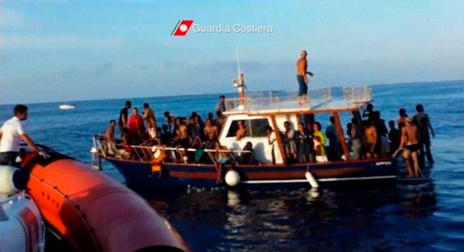 3 octobre 2013. Les garde-côtes italiens ramènent des rescapés du naufrage © Garde-côtes italiens/Reuters