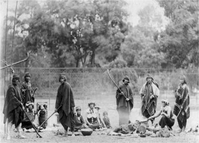 Mapuches exhibés au Jardin d'Acclimatation de Paris, photo de Pierre Petit, 1883.