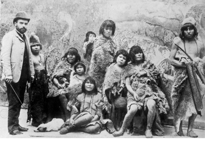 Selk'nams (habitants de la Terre de Feu, île de l'extrême Sud du Chili et de l'Argentine) avec Maurice Maître, 1889. Anonyme
