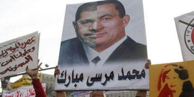 Affiche comparant Morsi et Moubarak.