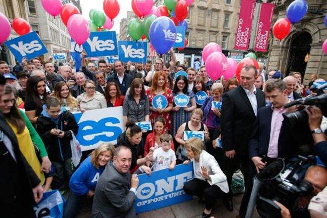 Alex Salmond avec des manifestants pour le oui à l'indépendance.