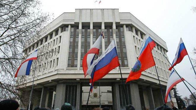 Drapeaux russes sur le Parlement de Crimée, jeudi.