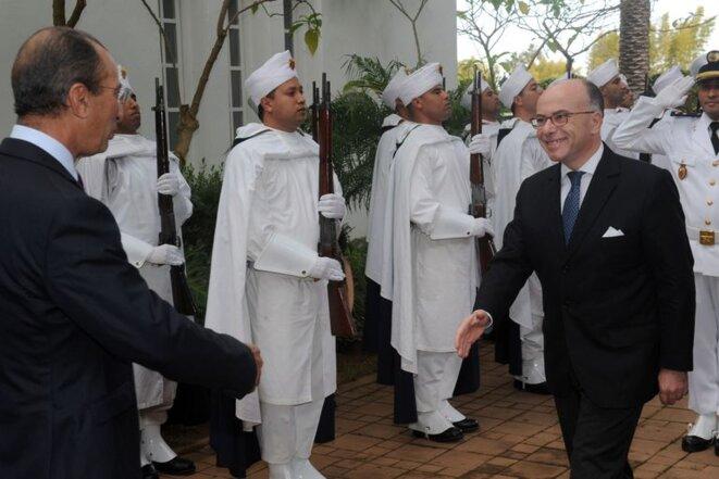 Bernard Cazeneuve accueilli par son homologue marocain Mohamed Hassad, le 14 février. © Reuters