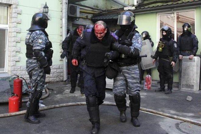 Journaux et télévisions russes ont massivement diffusé des images montrant des policiers et militaires ukrainiens blessés.