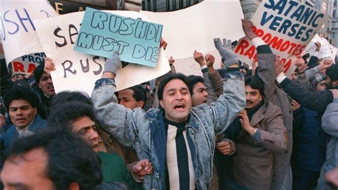 Manifestants devant les bureaux de l'éditeur des «Versets sataniques», à New York en 1989. © (dr)